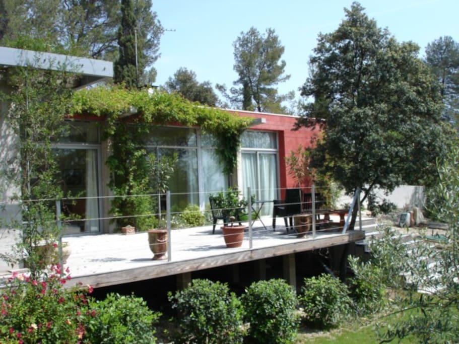 maison contemporaine de plain pied dans la pin de. Black Bedroom Furniture Sets. Home Design Ideas