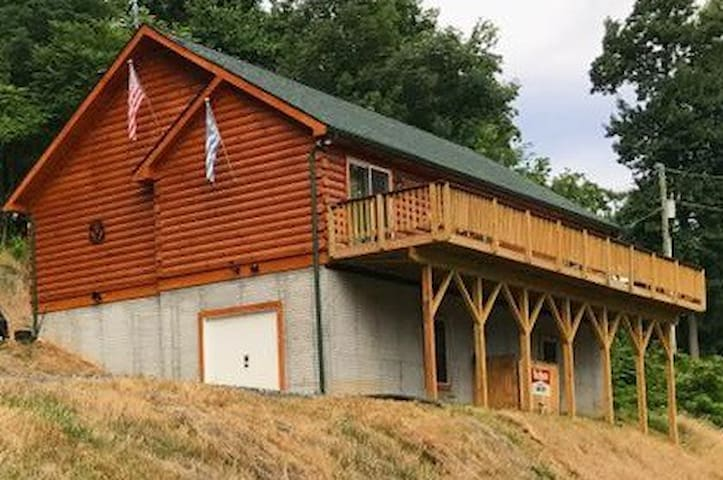 A Buck's Run Log Cabin - Sleeps 2 to 6 (Luray, VA)