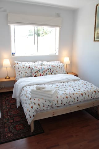 Cosy private room - close to beach and city!