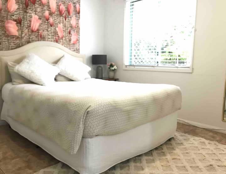 En-suite bedroom/Short stay/own entrance/Near Tram