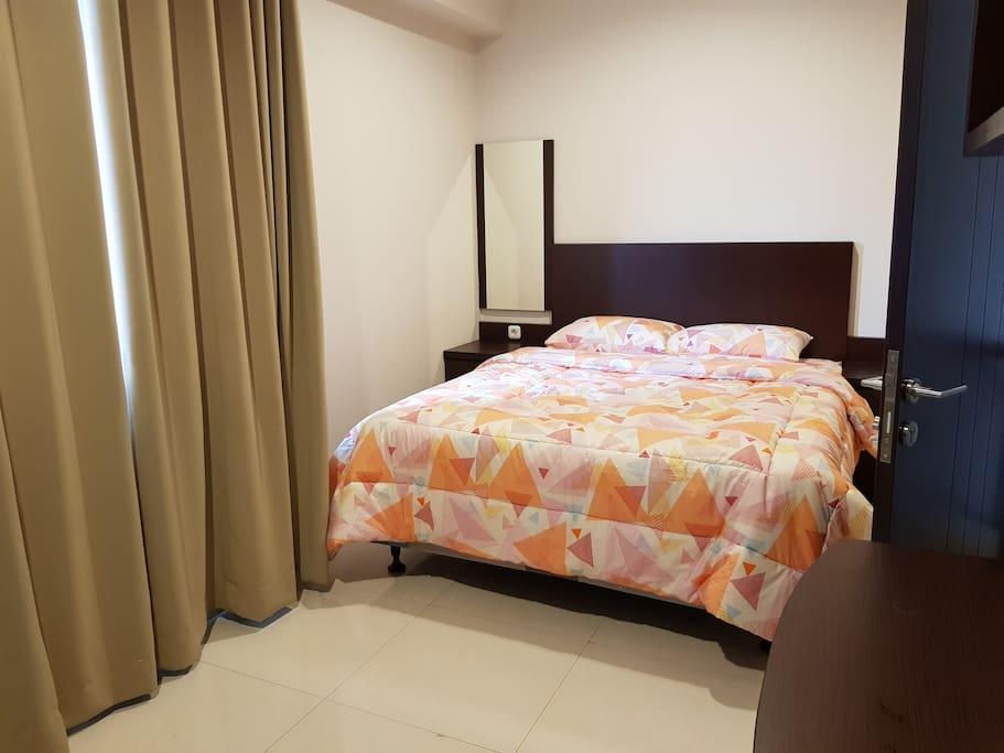 Kamar 2 - Lantai 2 Room 2 - Second Floor Queen Bed, Bedcover, Sprei, Handuk, Bantal & Guling (Towel, Pillow & Bolsters)