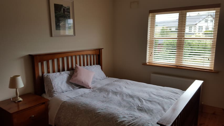 lovely double ensuite room - Bealaclugga - Bed & Breakfast