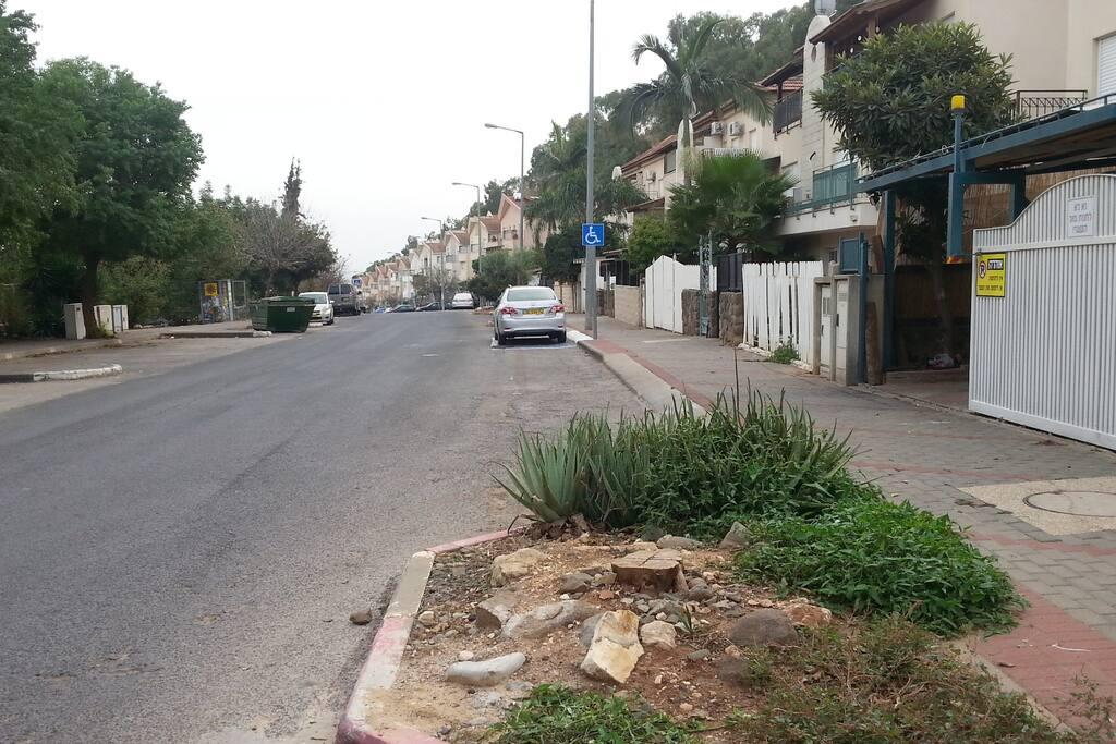 Haveradim St. + lots of Parking Spaces.  Hebrew ->  מבט מרחוב הוורדים +  הרבה חנייה