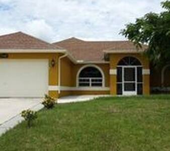 Villa Lugo, quiet neighborhood at a canal pool+spa - Cape Coral