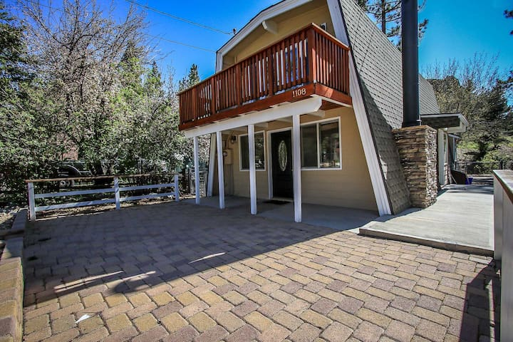 Moose Wonder~Two Story Retreat~Outdoor Spa~Foosball~Big Fenced Lot~Fireplace~ - Big Bear City - Casa