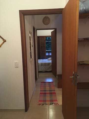 Vista do corredor do quarto 2 para o quarto 1
