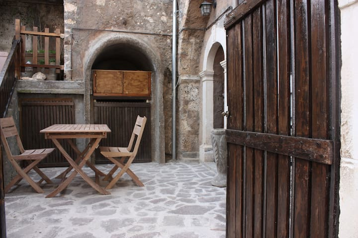 Charming stone house Calascio. View and courtyard - Calascio - Huis