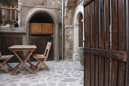 Charming stone house Calascio. View and courtyard - Calascio - Σπίτι