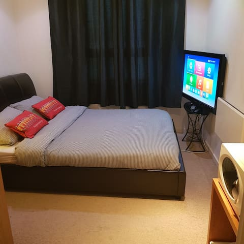 Cosy Room with Amenities in Leeds City Centre