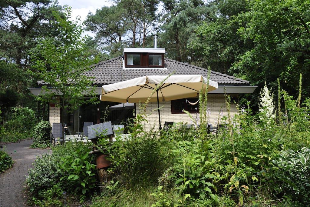 Het vakantiehuis in de zomer met ruim en zonnig terrras.