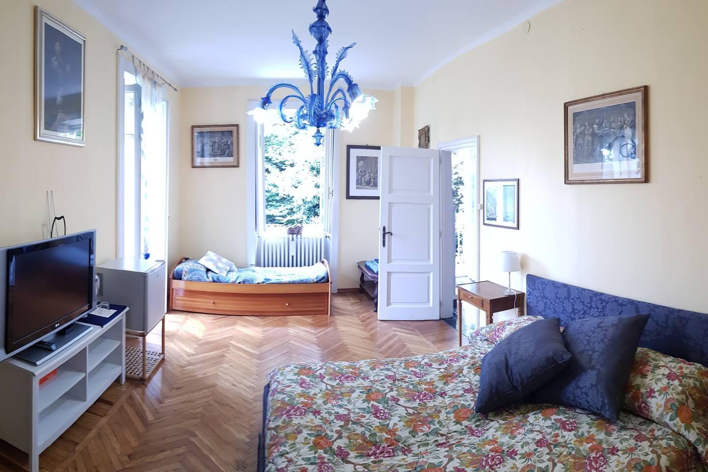 Camera matrimoniale con letto aggiunto e grandi spazi. Balcone privato e vista lago