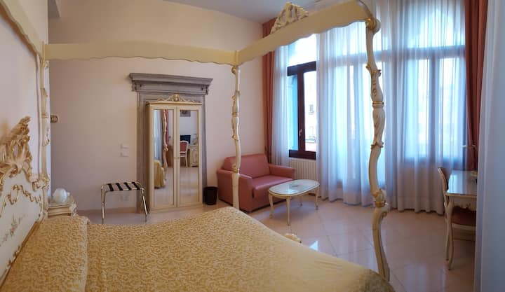 Lovely room in elegant Palace with Canal view
