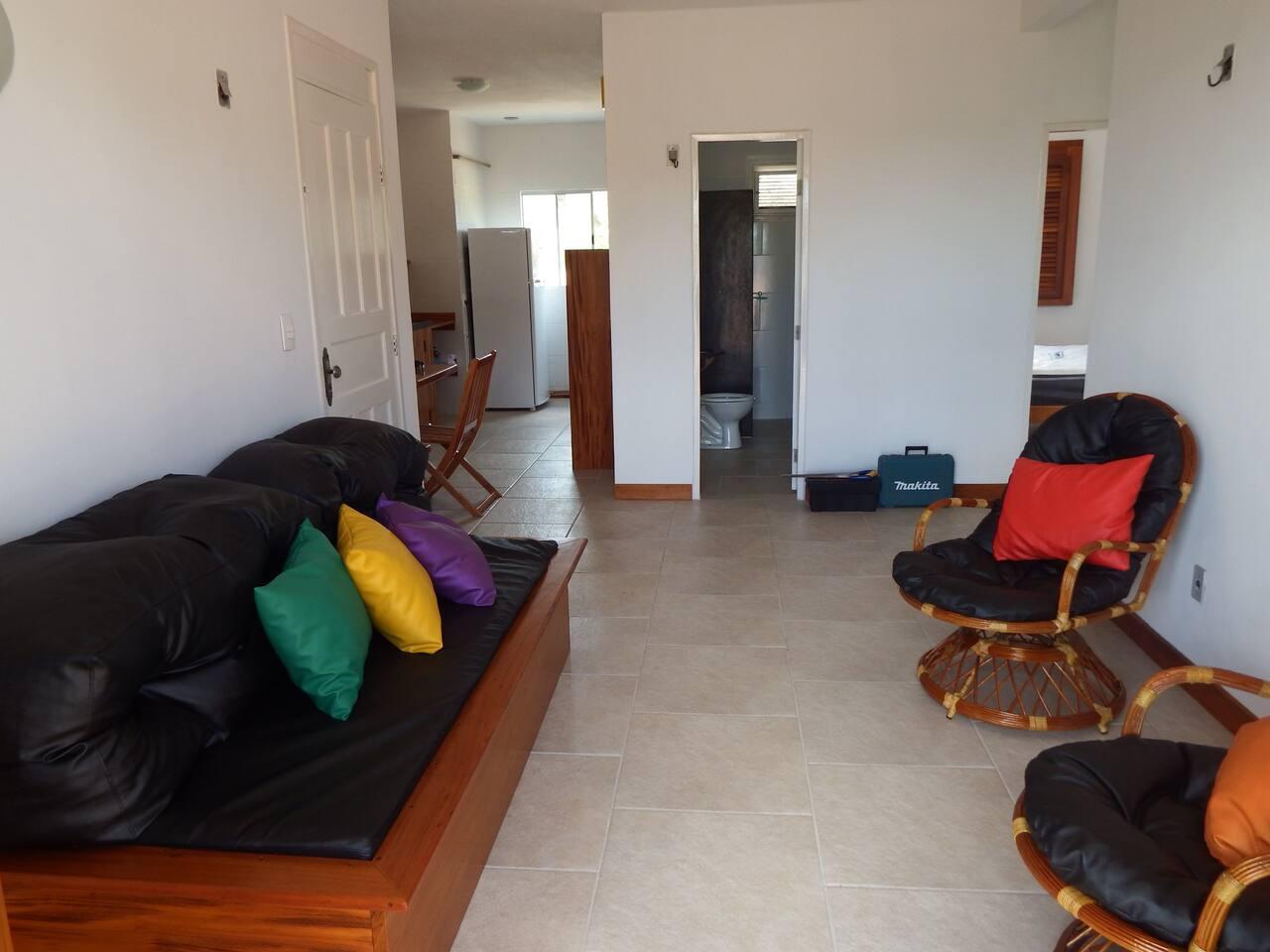 sala bem ventilada com varanda, 1 sofá, 2 poltronas