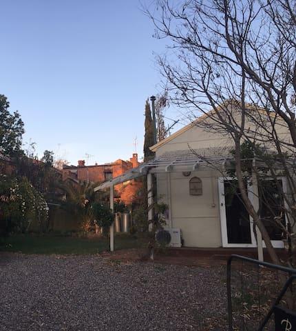 Myola Cottage; quaint, quiet, pet friendly, lovely