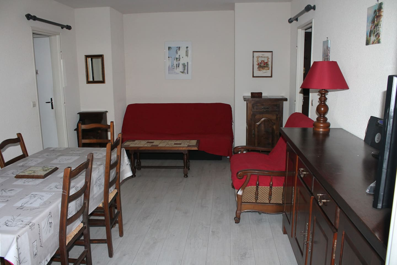 salle à manger avec canapé clic clac 2 personnes et un fauteuil-lit 1 personne