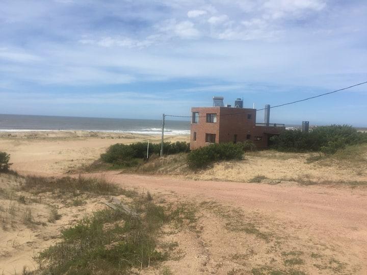 Espectacular casa sobre playa La viuda