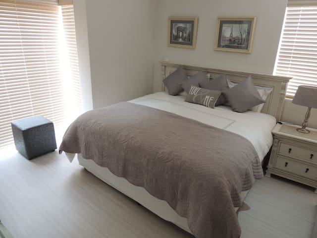 King Size Bed with en-suite shower/toilet. BIC with bar fridge and separate private entrance.