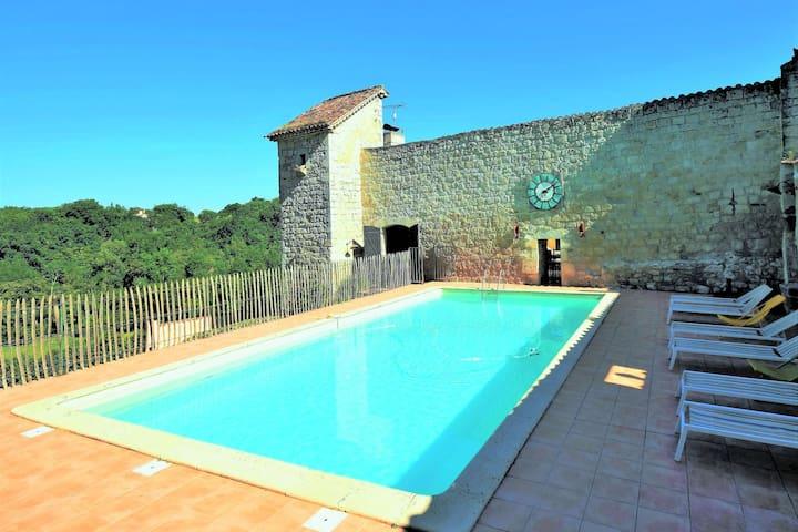 Rustiek kasteel in Bon-Encontre met een zwembad