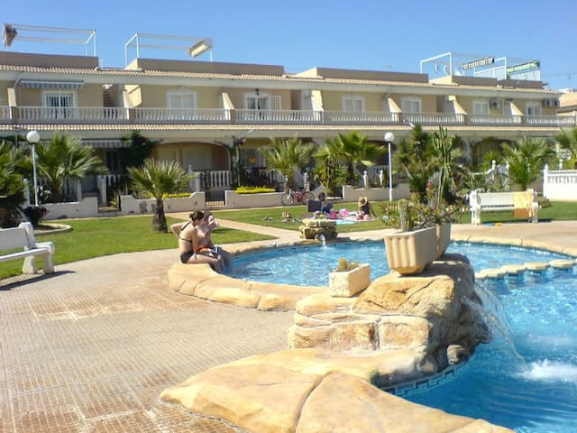 South facing 3 bedroom house by swimming pool. - Los Alcázares - Hus