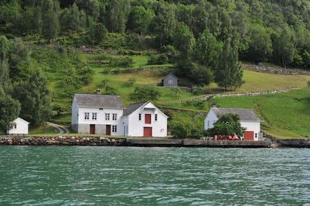 Tausastova i Hardangerfjorden - Lofthus - Sommerhus/hytte