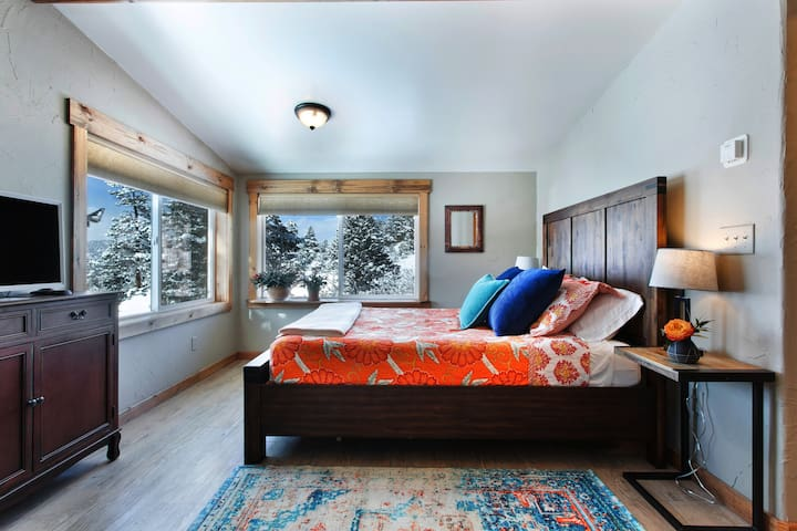 Couples Getaway| VIEWS |Charming Historic Cottage