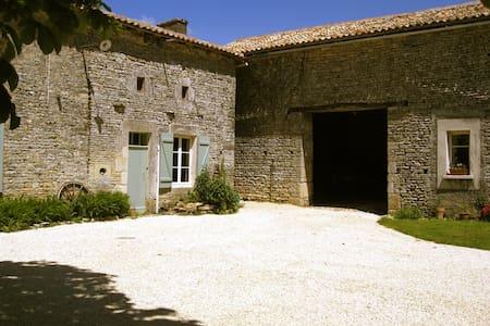17th Century Stone Cottage - Vanzay