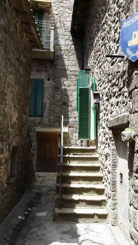 casa su tre livelli in pieno centro storico. - Abbadia San Salvatore - House