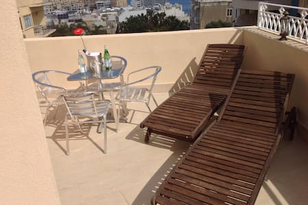 NEW towerhouse, great room, own bath A/C +2 wifi ! - Valletta - House