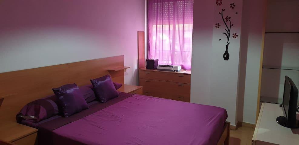 Habitación privada con baño,tele y cama grande.