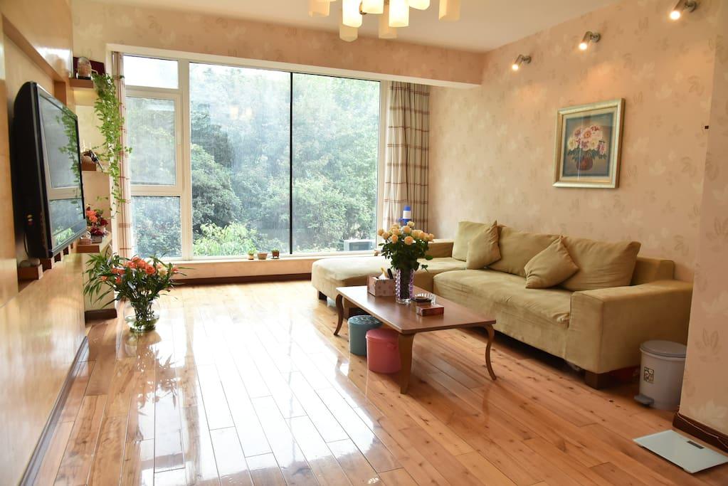 客厅窗外风景如画,室内布满的鲜花生机盎然