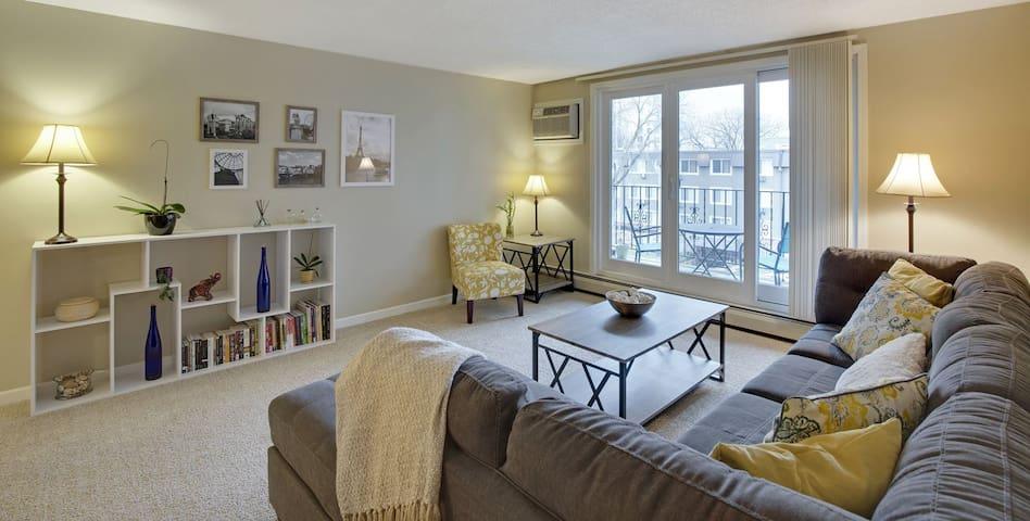1 Bed Spacious Private Apartment in Minneapolis