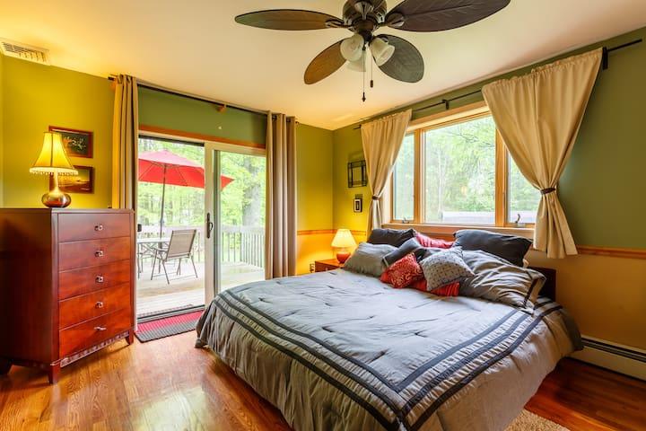 Hiker Heaven: Private BR & bath, deck, King bed!