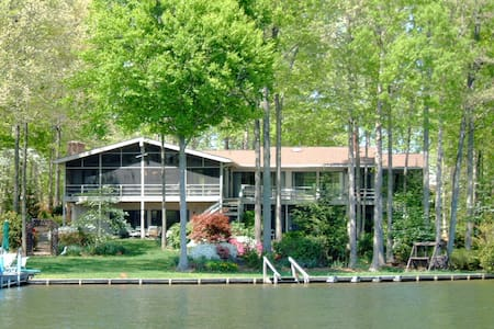 Castle Hill Lake Front Retreat - Locust Grove