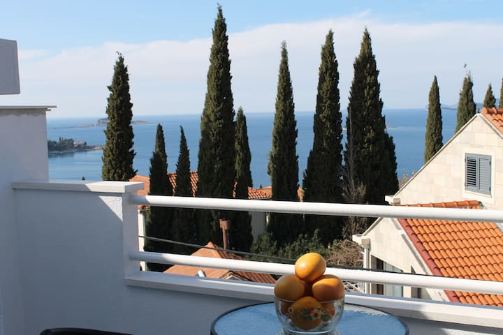 Top floor apt for couple - sunny balcony/sea view