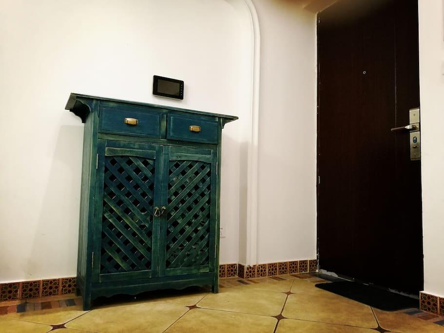 L'Entrée / The Entrance