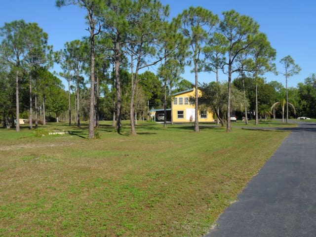 Nature house w hot tub/kayaks/bikes - Cape Coral