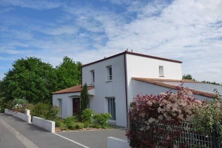 Grande maison récente avec préau - Le Poiré-sur-Vie
