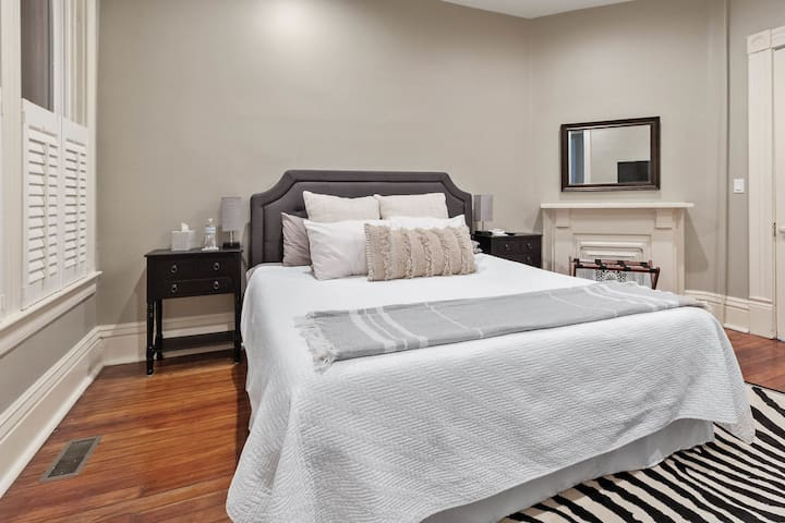 LUXURY Downtown Retreat 💙 w/ King Tempur-Pedic Bed