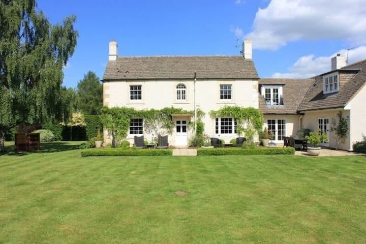 A beautiful house in a perfect setting. - Great Somerford - Casa