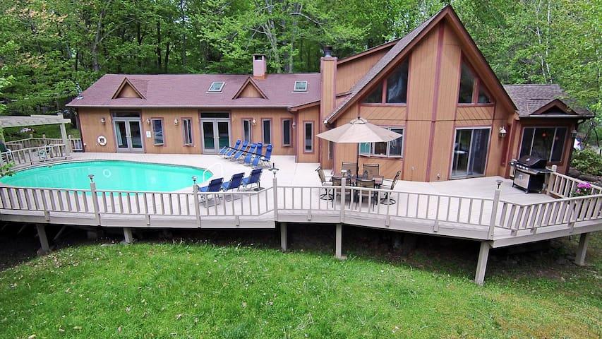 Pocodobe Lakeview Chalet W Swimming Pool Tub Houses For Rent In Pocono Lake Pennsylvania