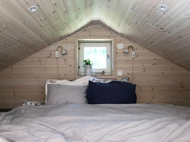 Sovloft med två enkelsängar.
