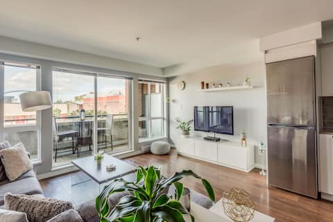 Bright modern condo in the heart of downtown