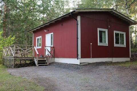 Moderne hytte i nærheten av naturen.