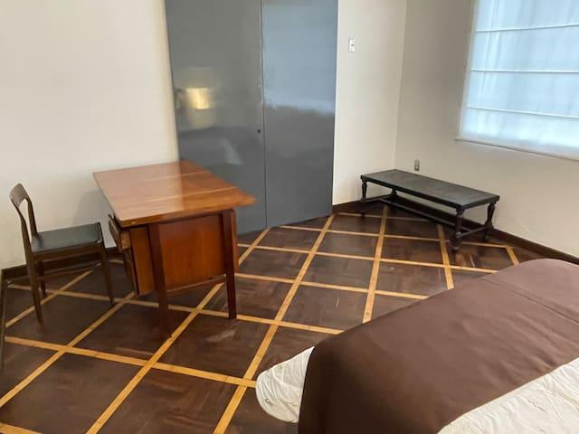 Zona de trabajo incorporada en la habitación 5