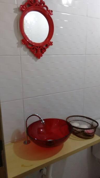 Banheiro do piso inferior da casa.