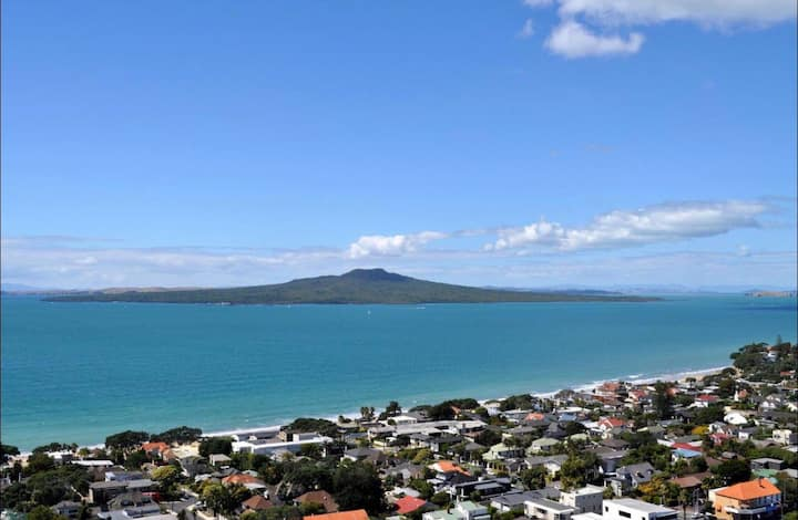 Best views and facilities in Takapuna Beach!