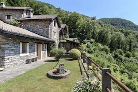 Kleines privates Dorf mit eigener Kirche - Vogorno