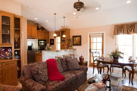 Private house/beautiful grounds on Lake Granbury! - Granbury - Bed & Breakfast
