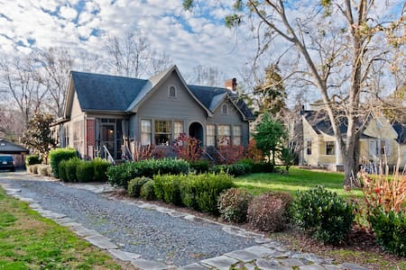 Charming 1930s home 1/2 mile from interstate - House