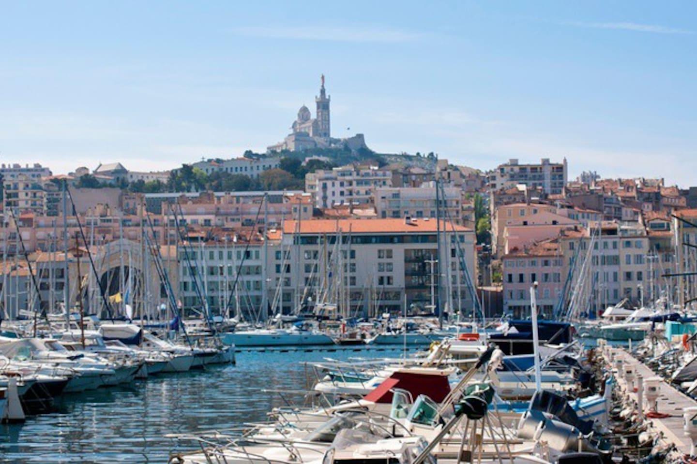Sortie de l'immeuble sur le vieux port de Marseille